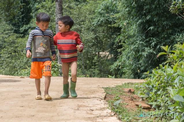 Момчета се разхождат по улицата - SAPA