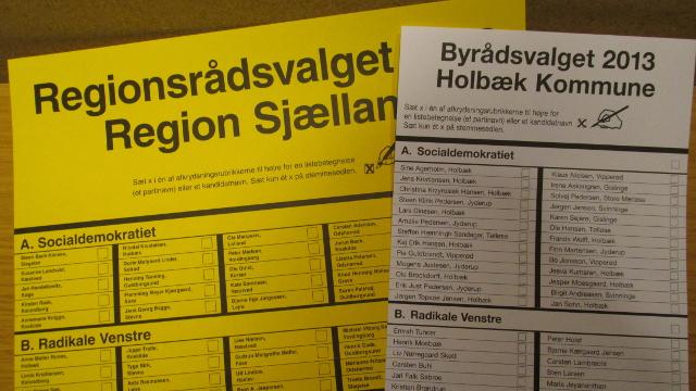 Den meget store gule stemmeseddel til Regionsrådsvalget gav problemer - stemmeurnerne var nemlig for små.  Foto: Rolf Larsen.