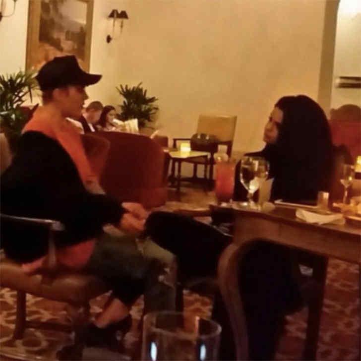 ジャスティン・ビーバーとセレーナ・ゴメス、ホテルのロビーで話し合う