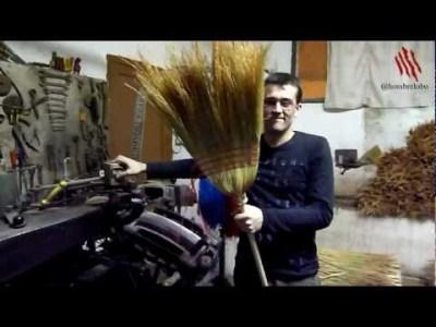 Fabricando escobas en una fábrica de escobas artesanales