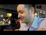 Cenando en la calle en Singapur un menú a base de Satay y té tarik