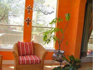 интерьер в мексиканском стиле - стены и кресло
