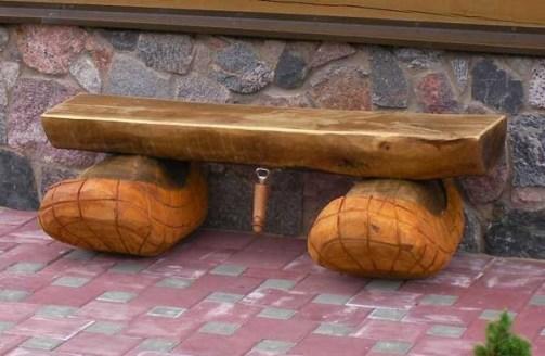 Простая скамейка из половины бревна
