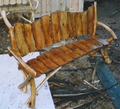 Скамейка из досок и кривых стволов