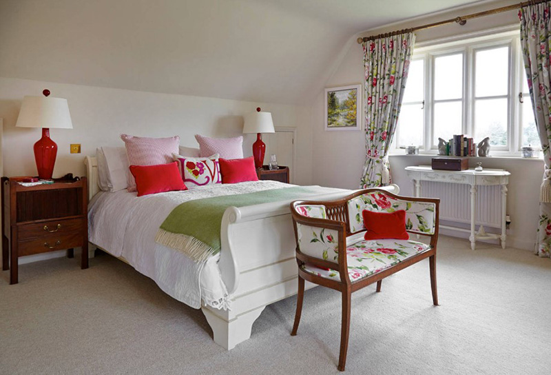 20 Red and Green Bedroom Accents For A Festive Feel