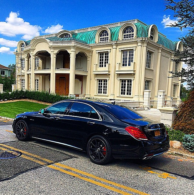 Jay Cutler Hd Wallpaper A Look At Some Mansions With Expensive Cars Parked In