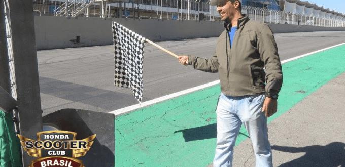 Nosso Coordenador local de SP dando a Bandeirada na Copa Honda CBR500 em Interlagos