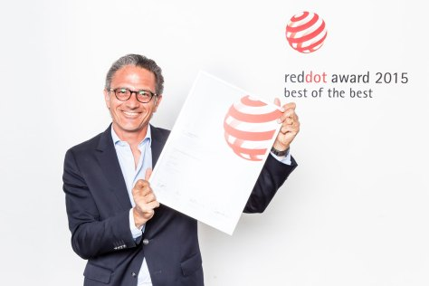 Charris Yadigaroglou recogiendo el Premio Best of the Best en la Gala Red Dot
