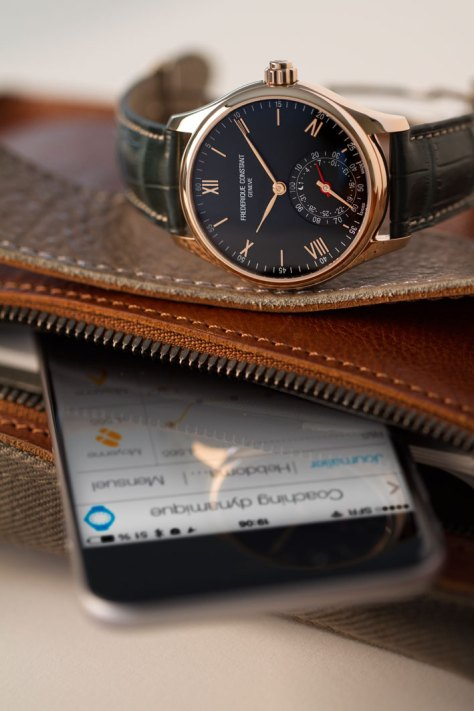 Frederique Constant Only Watch con iPhone - detalle