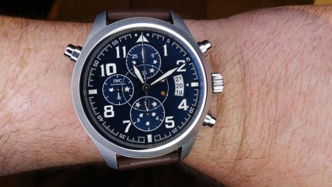 IWC Pilot's Watch Double Chronograph Edition Le Petit Prince en la muñeca frontal