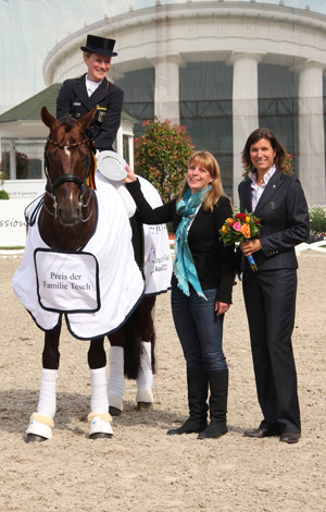 Helen Langehanenberg and Damon Hill are congratulated by ALRV Advisory Board member Stefanie Peters (right) and Sabine Tesch.