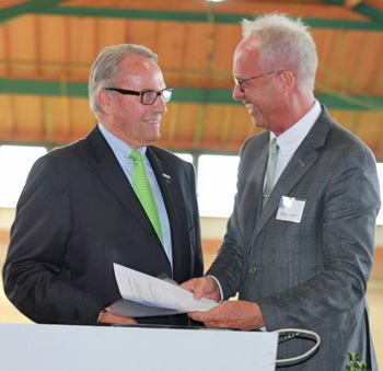 David Hunt, President of the International Dressage Trainers Club, left, and Trond Asmyr, FEI Dressage Director, signed the Memorandum of Understanding on behalf of their respective organisations.