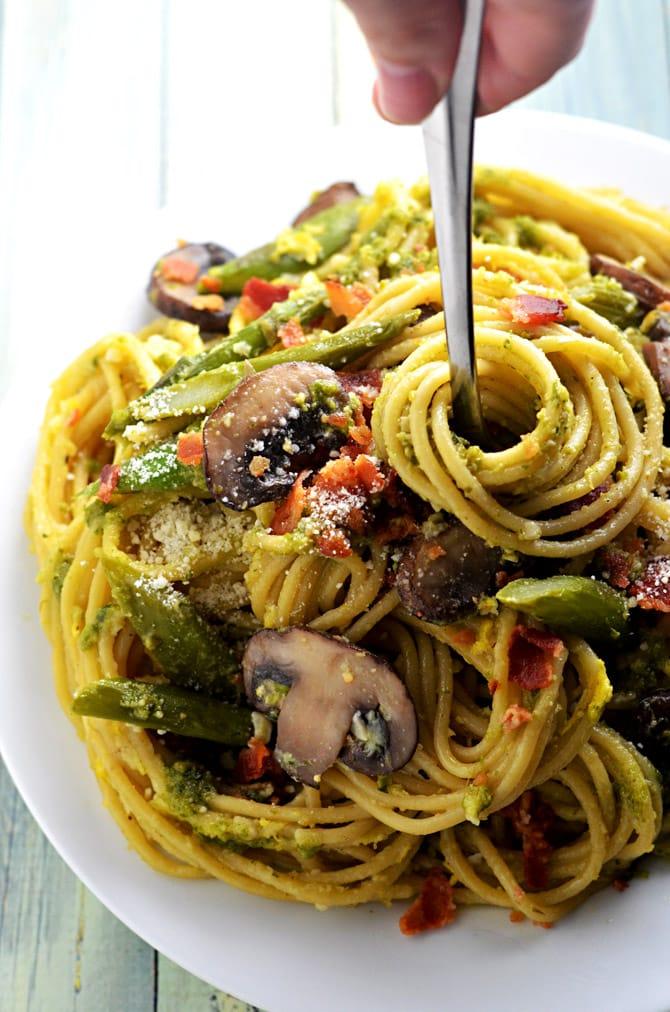 One Pot Pesto Carbonara. This one pot pasta recipe incorporates asparagus, mushrooms, eggs, bacon, and pesto!   hostthetoast.com