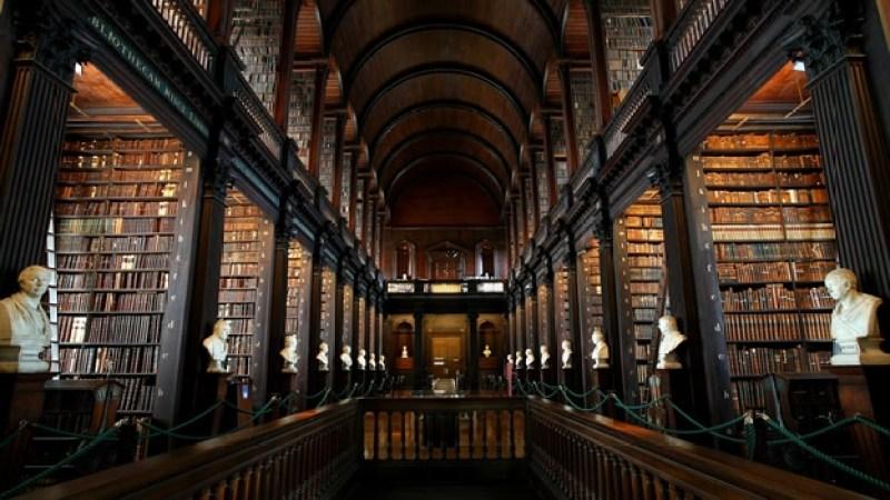 10.Biblioteca del Trinity College, Dublín Esta biblioteca forma parte de la universidad más antigua de Irlanda y cuenta con la mayor cantidad de libros y manuscritos del país. Dentro de sus paredes alberga aproximadamente 3 millones de libros los cuales van formando a una de las bibliotecas más hermosas del mundo.