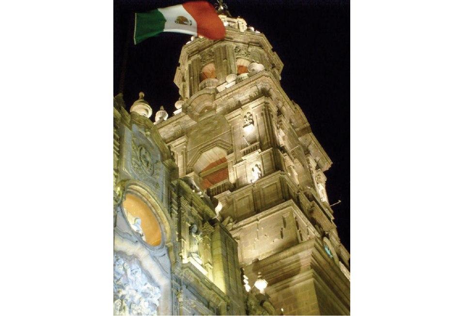 https://es.wikipedia.org/wiki/Morelia#/media/File:Catedral_de_morelia_en_la_noche.JPG