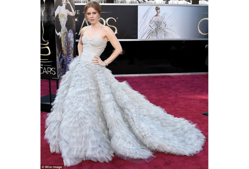 http://www.dailymail.co.uk/femail/article-2284944/How-Amy-Adams-designed-Oscars-gown-WITH-Oscar-la-Renta-started-vintage-photo.html