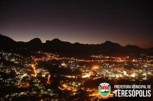 Centro Urbano de Teresópolis com a Serra dos Órgãos ao fundo