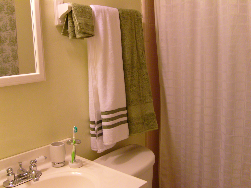 How to fold towels keep them hanging straight in your bathroom the household tips guide
