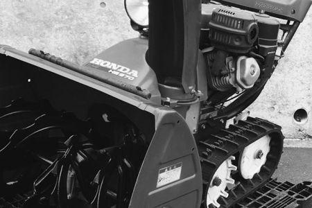 ホンダ除雪機HS9709馬力電動シューターが搭載された、除雪機発展期における小型ラインナップの最高出力モデルこの後のモデルの後から一気に普及が始まった。ベストセラーモデルHS760のベース機販売価格が高かかったようで、このモデル自体は販売台数がそれほど多くなく現存機も少ない。ナカムラ除雪機販売はプロフィールのリンクからどうぞ ←ヤフオクでも出品中#除雪機#ホンダ#HONDA#冬#札幌#SAPPORO#中古除雪機販売#送料無料#全国発送#ヤフオク