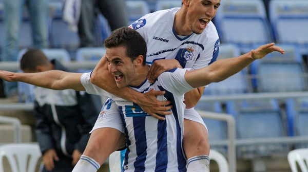 Juan Villar y Fidel celebran el gol del triunfo. (Foto: Julián Pérez)