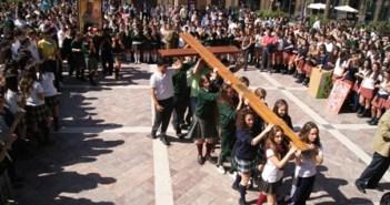 Acto con la Cruz en la Plaza de las Monjas.