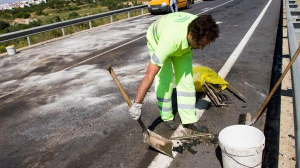 Un obrero recoge restos en la carretera. (Foto: Julián Pérez)