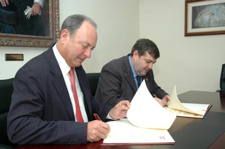 Firma del acuerdo entre Cepsa y la Universidad.