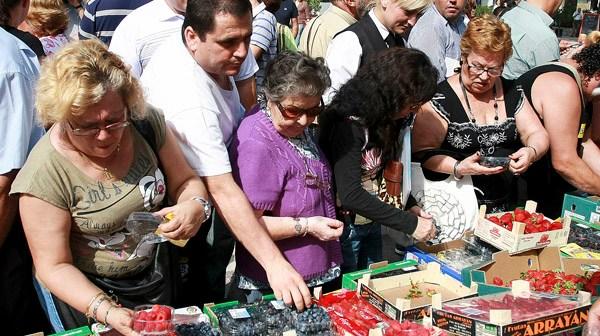 Reparto de fruta en la plaza de las Monjas. (Fotos: Julián Pérez)