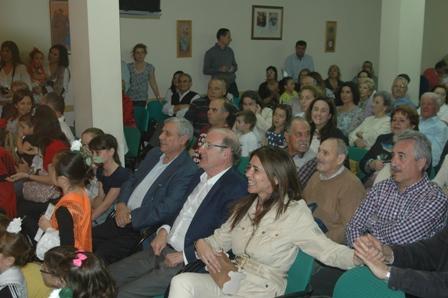El alcalde asistió al acto y aparece junto a numerosos vecinos.
