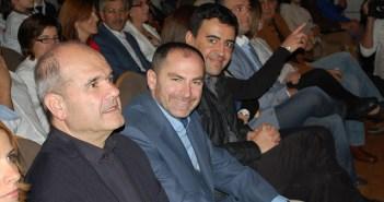 El candidato del PSOE en Valverde, entre Chaves y Mario Jiménez.