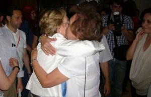 Una militante del PSOE abraza a Petronila Guerrero.