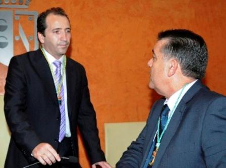 El actual alcalde de Almonte, José Antonio Domínguez, y el anterior, Francisco Bella, durante un pleno. (Julián Pérez)