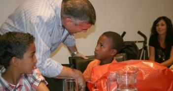 El alcalde de Cartaya saluda a uno de los niños.