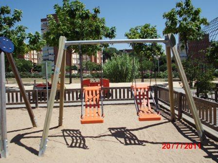 El nuevo columpio instalado en el Parque Moret