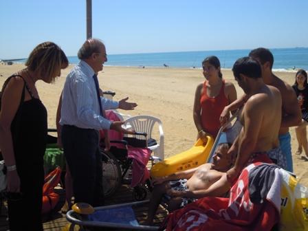 El alcalde junto al algunos de los discapacitados.