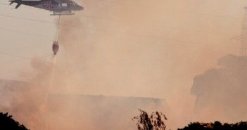 Un avión del Infoca intervino para apagar las llamas. (Julián Pérez)