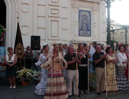 La alcaldesa y el presidente de la Hdad del Carmen reciben a las puertas de la iglesia de los Dolores