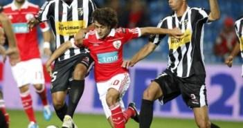 Soares trata de impedir el avance de Aimar.