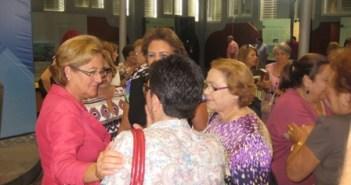 Petronila Guerrero charla con algunas mujeres.