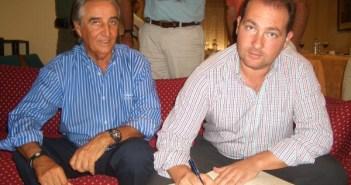 El alcalde de Aljaraque firma en Libro de Honor del Bellavista Golf Club en presencia de su presidente, Cristóbal Guerrero.
