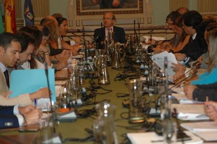 La comisión informativa ha visto los presupuestos municipales de 2013, que irán al Pleno del Ayuntamiento de Huelva para su aprobación.