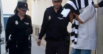 Genaro Ramallo oculta su rostro tras declarar ante el juez en Huelva. (Julián Pérez)