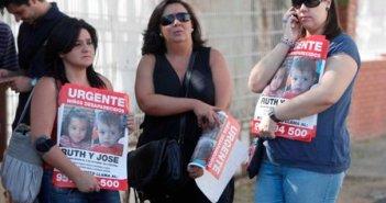El reparto de carteles con los niños sigue en Córdoba y en Huelva. (Pedro Funes)