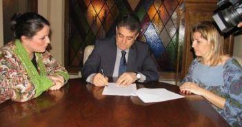 Rocío Espinosa y Bella firma un convenio entre Junta y Ayuntamiento, cuando el PSOE gobernaba en Almonte.
