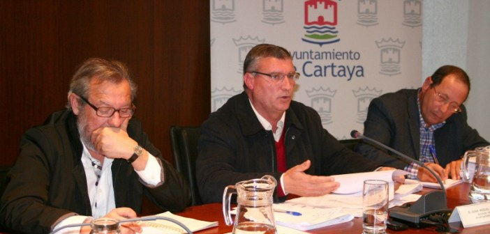 Juan Polo, alcalde de Cartaya -en el centro-, durante un pleno.