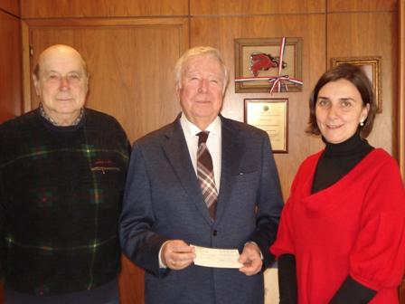 Alfonso Aramburu, junto al presidente de la Cajara Rural del Sur en la entrega de fondos de otro acto benéfico.