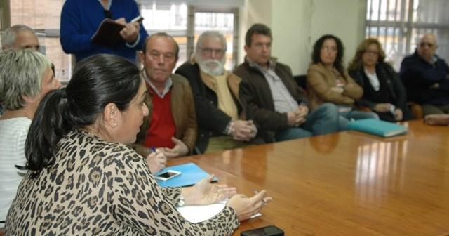 Juana Carrillo se dirige a los representantes vecinales.