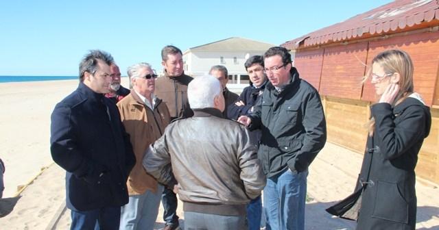 Manuel Andrés González conversa con algunos propietarios de chiringuitos.