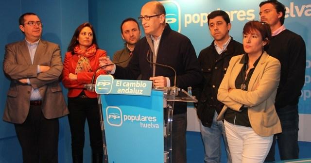 Juan José Volante, acompañado de otros diputados del PP.