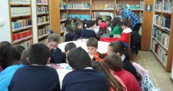 Escolares en la biblioteca.